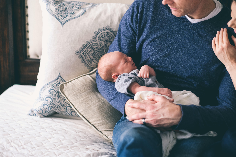isä vauvan kanssa